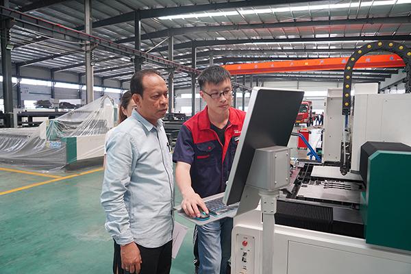 العملاء الذين يزورون المصنع