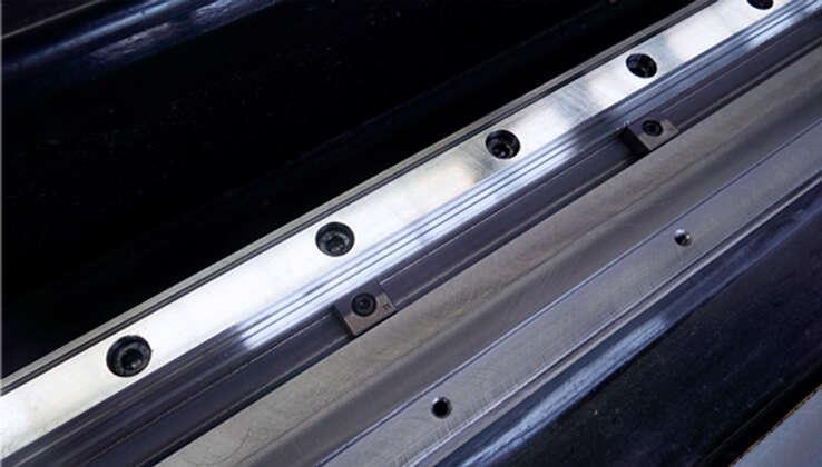 دليل السكك الحديدية V-groove + تصميم كتلة الضغط